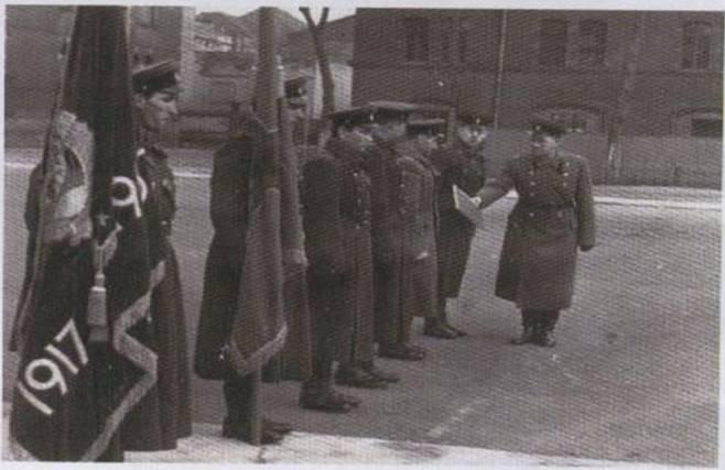 1968 год, г.Гера. У полка два Знамени: боевое Знамя полка и Почетное Знамя ЦК КПСС, СМ СССР и Президиума ВС СССР в честь 60-летия Великой октябрьской социалистической революции, врученное в 1967 году.