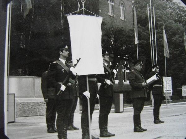Зачитывается приказ о награждении части вымпелом МО СССР, г.Торгау, 1982 г.