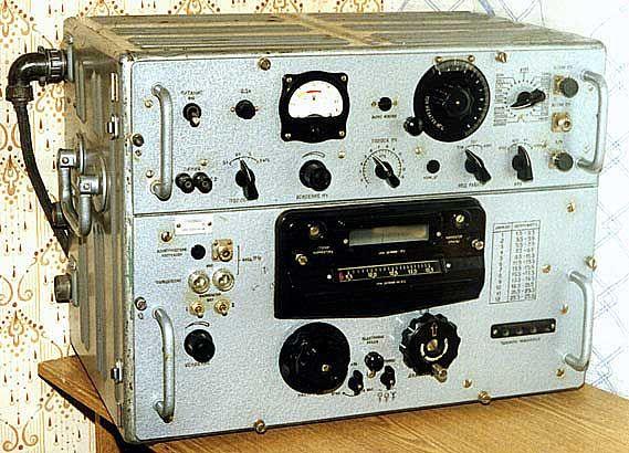 Р-250М - легендарный, коротковолновый, ламповый, настольный армейский радиоприемник. Выпускался c 1948 по 1981 г. в нескольких модификациях: Р-250/М/М2 (Кит/М/М2) - для сухопутных войск. Отличался высокой чувствительностью, отличной динамикой и стабильностью работы.