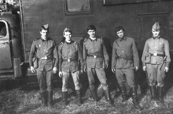 Экипаж Р-140. Лето 1982 года (слева направо):  Смирнов Саша, Тарабычин Сергей, Кухалейшвили Серго, Менздак Павел Борисович, Рудыч Владимир.